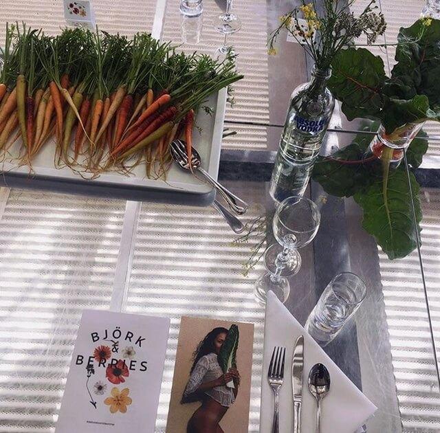 Morötter och rädisor som stod på borde kunde man äta av hela middagen