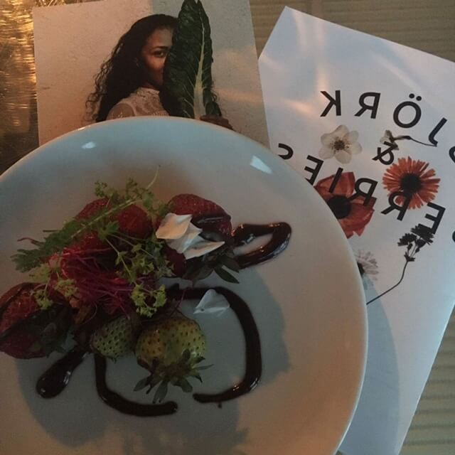 Jordgubbar, dessert och kakaosås