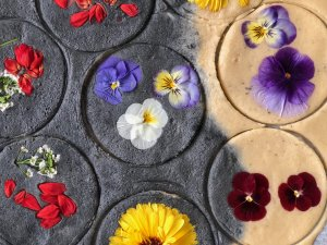Blommor på kakor och kex gör dem extra fina