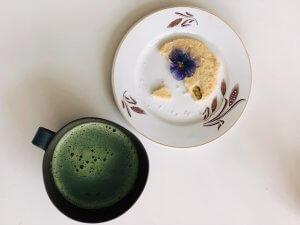 Matcha te och kaka med blomma