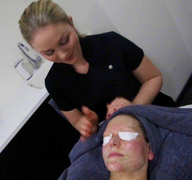 uppkopplad svart ansiktsbehandling i Göteborg