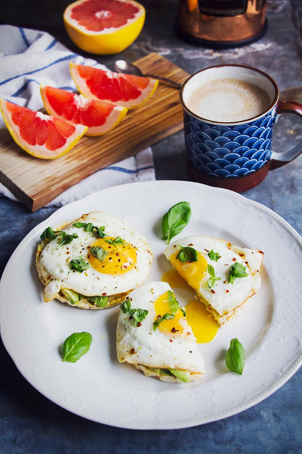 frukost_majskakor_agg_avokado_basilika_oatly_ikaffe_1