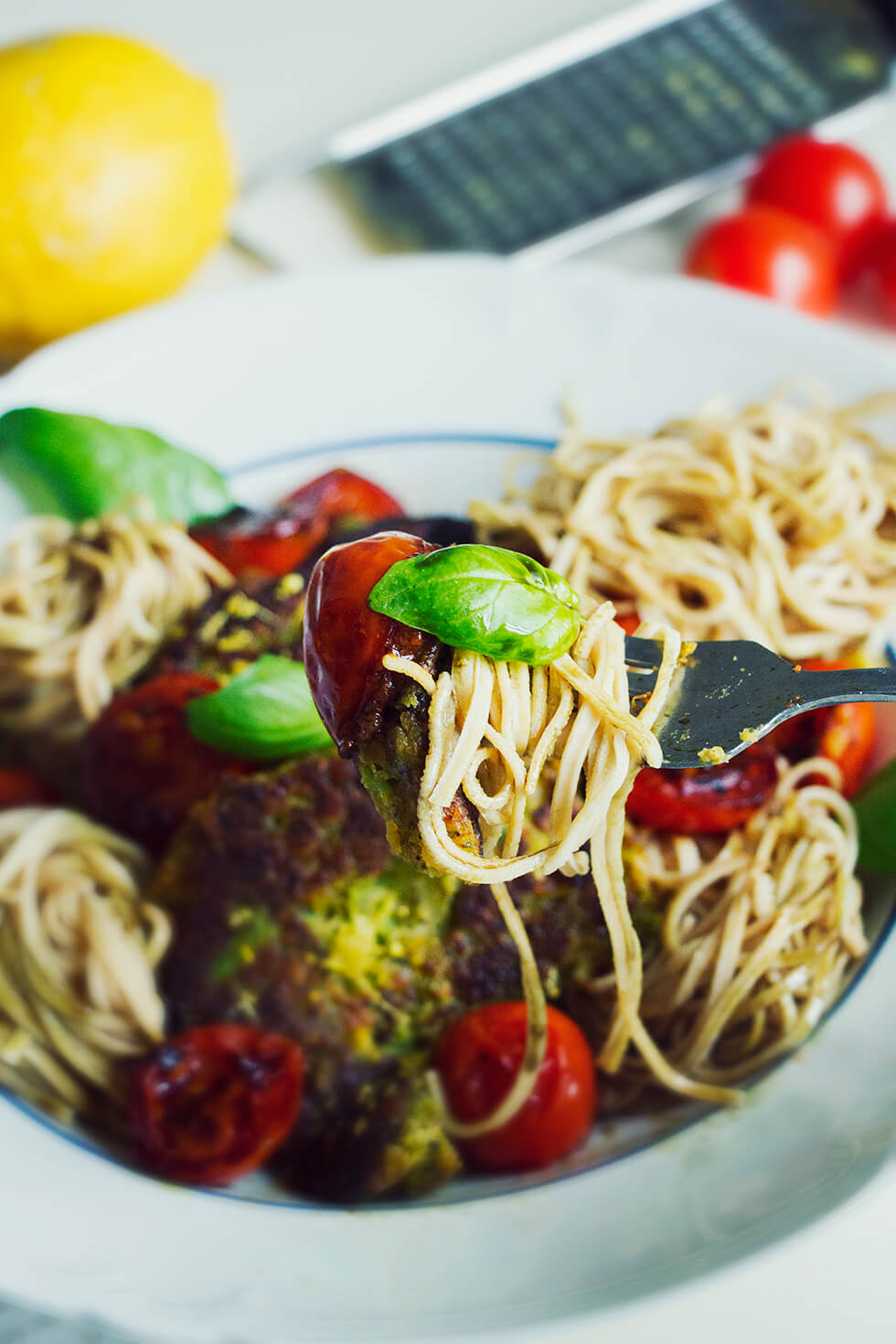 Bönpasta med broccolipuckar, stekt tomat, basilika och citronzest