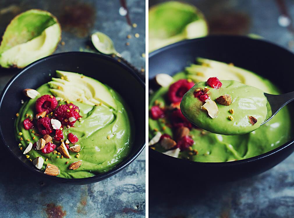 Grön smoothie med avokado, spenat, citron och matchate