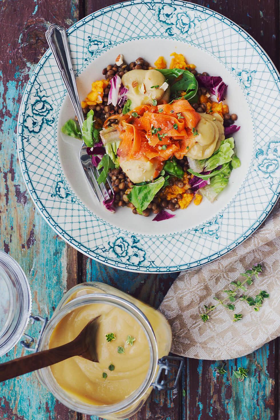 Magisk middag med sötpotatis, linser, hummus, syrliga morötter, citrontimjan och flingsalt