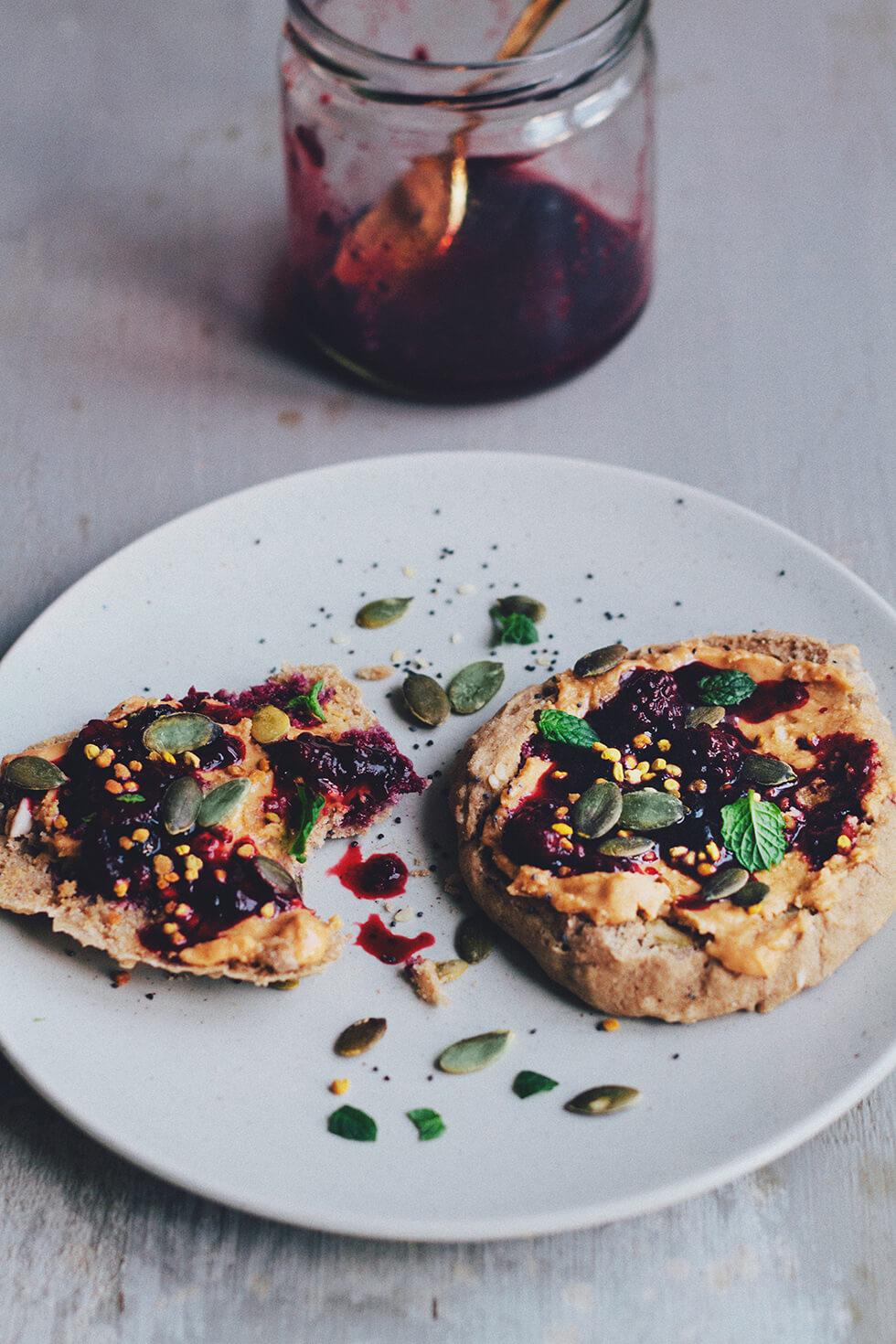 Glutenfria scones med jordnötssmör, bär och bipollen
