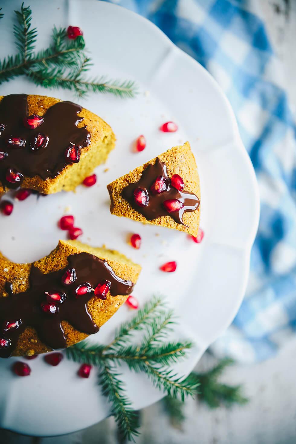 Saftig saffranskaka med choklad och granatäpple
