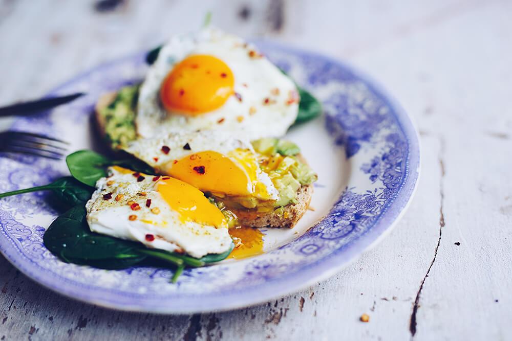Avokadotoast med stekt ägg