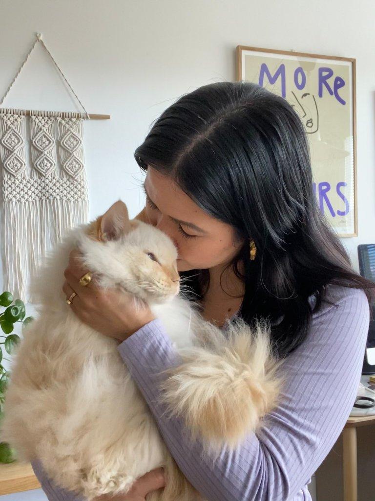 Tjej gosar med sin katt