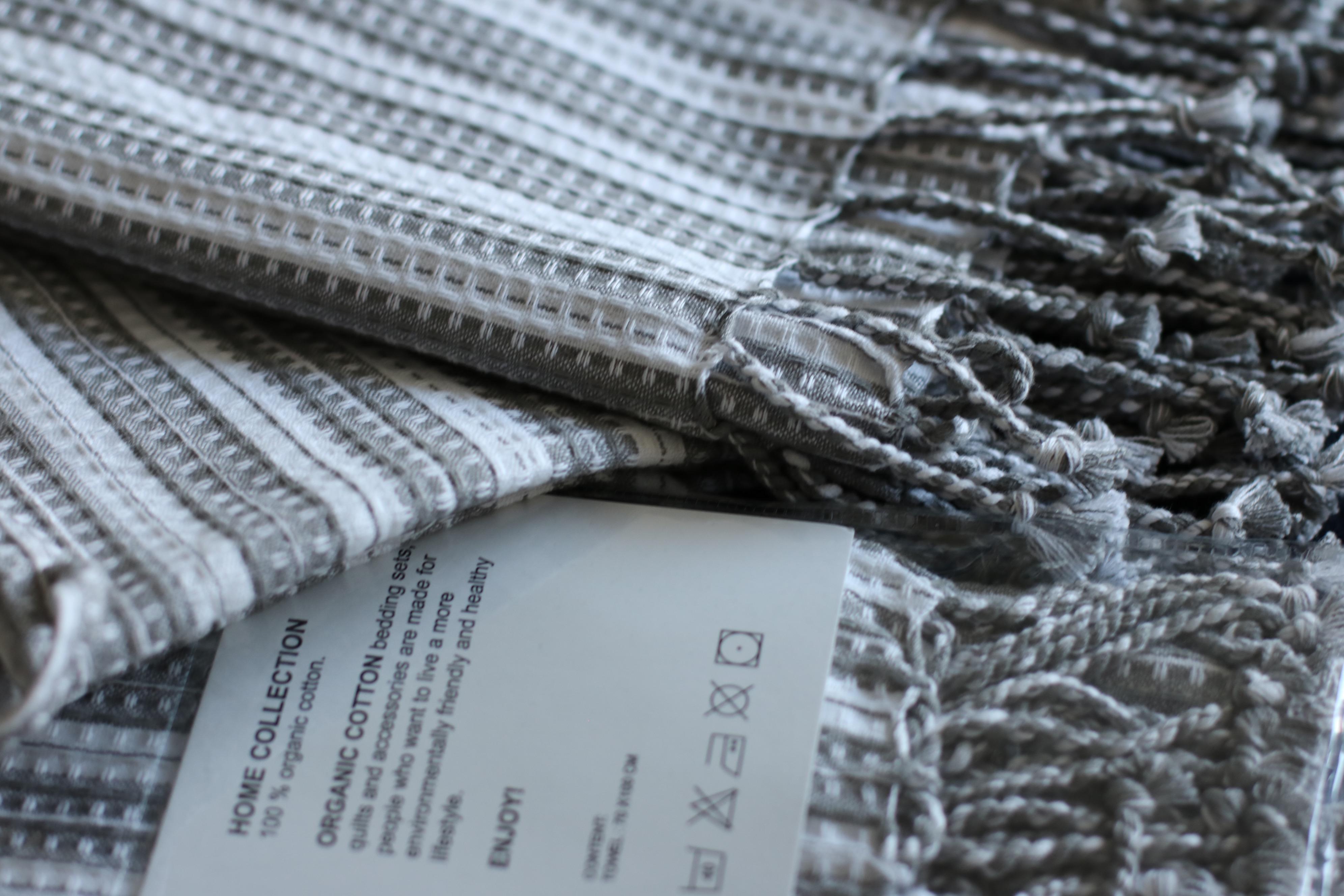 De här handdukarna är gjorda i samma ekologiska bomull som morgonrocken och  de är otroligt sköna och tunna. Jag gillar tunna handdukar 9d398e52d05a1